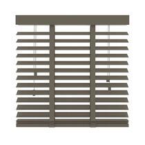 Deze FSC® houten horizontale jaloezie heeft een afmeting van 120x220 cm en een extra brede lamel van 50 mm. Bepaal zelf je lichtinval door de lamellen te kantelen.