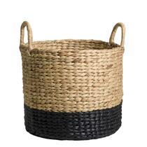 Berg allerhande spullen gemakkelijk en netjes in deze opbergmand Fedde op. De mand is gemaakt van waterhyacint, een stevig materiaal. Berg er bijvoorbeeld plaids in op, zodat deze altijd binnen handbereik zijn.