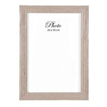 Fotolijst Bas is grijs/witen en is geschikt voor foto's met een afmeting van 20x30 cm. Lijst je mooiste herineringen in en geef je interieur een zeer persoonlijk tintje.