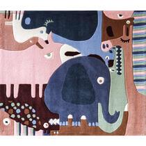 Een speels karpet met de dieren uit de jungle. Afmeting: 160x190 cm.