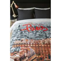 Dekbedovertrek Lets Go van Ambiante is een trendy dessin met een prachtige foto van de mooie stad Parijs en de tekst: Lets go to Paris in een rode kleur wat extra opvalt.