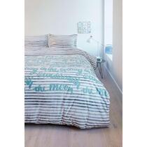 Dekbedovertrek Striped Words van Ambiante heeft een streepmotief in een blauw grijze kleur met in het midden teksten in een mooie zachte blauwe kleur. Het dekbedovertrek past goed in elke slaapkamer.