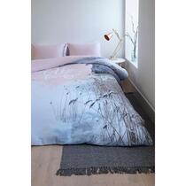 Op het dekbedovertrek Nadia is een besneeuwd winterlandschap afgebeeld. Op het midden staat een roze hart met de tekst Hello Lovely. Nadia heeft een effen roze achterzijde. Het dekbedovertrek is gemaakt van 100% microfiber.