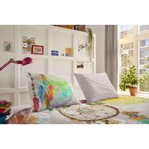 Hip is een merk dekbedovertrekken dat staat voor moderne, vernieuwende en kleurrijke ontwerpen. Op dit gekleurde Hip dekbedovertrek staan kleurrijke figuren, bloemen en een dromenvanger afgebeeld.