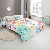 Hip is een merk dekbedovertrekken dat staat voor moderne, vernieuwende en kleurrijke ontwerpen. Op dit vrolijke dekbedovertrek staan kleurrijke figuren afgebeeld en de achtergrond is off-white van kleur.