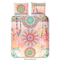 Hip is een merk dekbedovertrekken dat staat voor moderne, vernieuwende en kleurrijke ontwerpen. Op dit vrolijke dekbedovertrek staan kleurrijke figuren en veren afgebeeld. De achtergrond is roze van kleur.