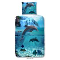 Dit blauwe overtrek is bedrukt met dolfijnen en vissen. Dit dekbedovertrek is een aanvulling voor de kinderslaapkamer! En doordat het dekbedovertrek van 100% katoen is, slaapt uw kind hier ook nog eens heerlijk onder.