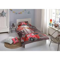 Dit rode overtrek is bedrukt met een brandweerwagen en een uitslaande brand. Dit dekbedovertrek is een aanvulling voor de kinderslaapkamer!