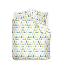 Dekbedovertrek Lorin heeft een scandinavisch ontwerp van driehoekjes met patroontjes in de kleuren roze, groen, aqua en lichtblauw. Het dekbedovertrek is gemaakt van microvezel.