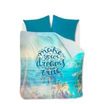 Dekbedovertrek Polly heeft een tropische print met hierop de tekst 'Make your dreams come true'. Het dekbedovertrek heeft de kleuren aqua blauw, lichtblauw, groen en zand.