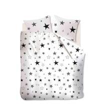La parure de couette Jules a un dessin à étoiles aux différentes tailles en couleurs noir et blanc. Cette parure de couette est faite en microfibre.