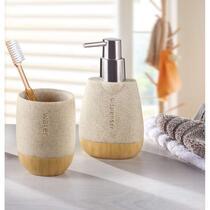 De badkamerset Sasso van Kleine Wolke zorgt voor rust en hygiëne in de badkamer. De set bestaat uit een zeeppomp en een tandenborstelbeker met een steenlook.