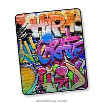 Good Morning plaid Graffity is gemaakt van 100% polyvelvet. Het plaid is 130x160 cm en er staat een graffity print op afgebeeld.