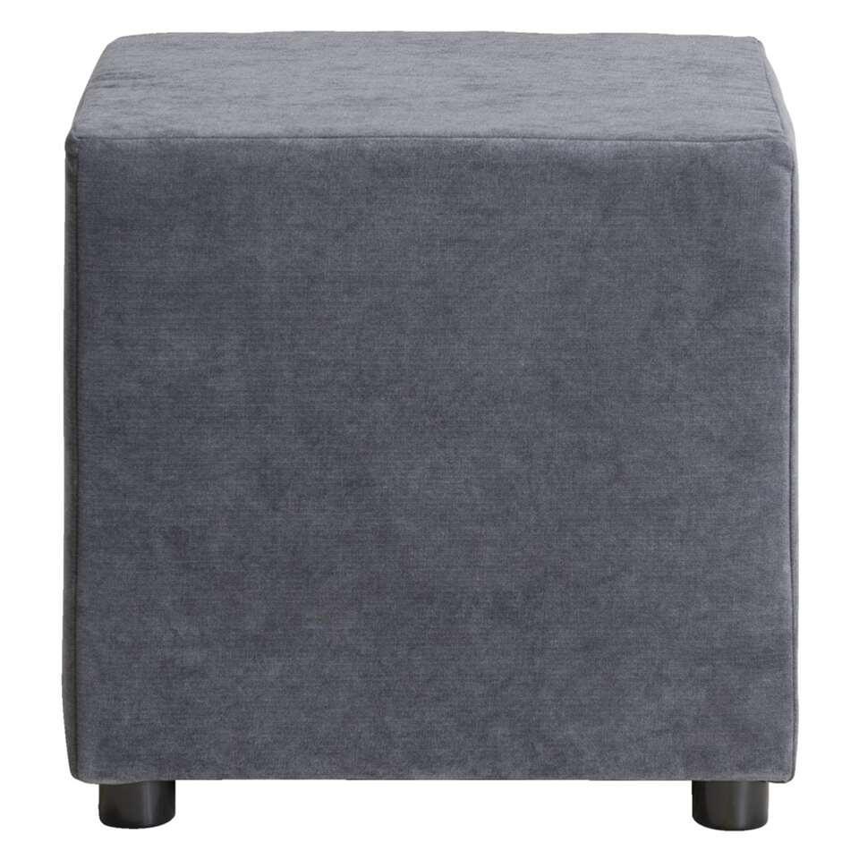 Hocker Noah heeft een zachte donkergrijze stof en een afmeting van 46x46x46 cm. Deze handige alleskunner is in te zetten als voetenbankje, nachtkastje of bijzettafel.