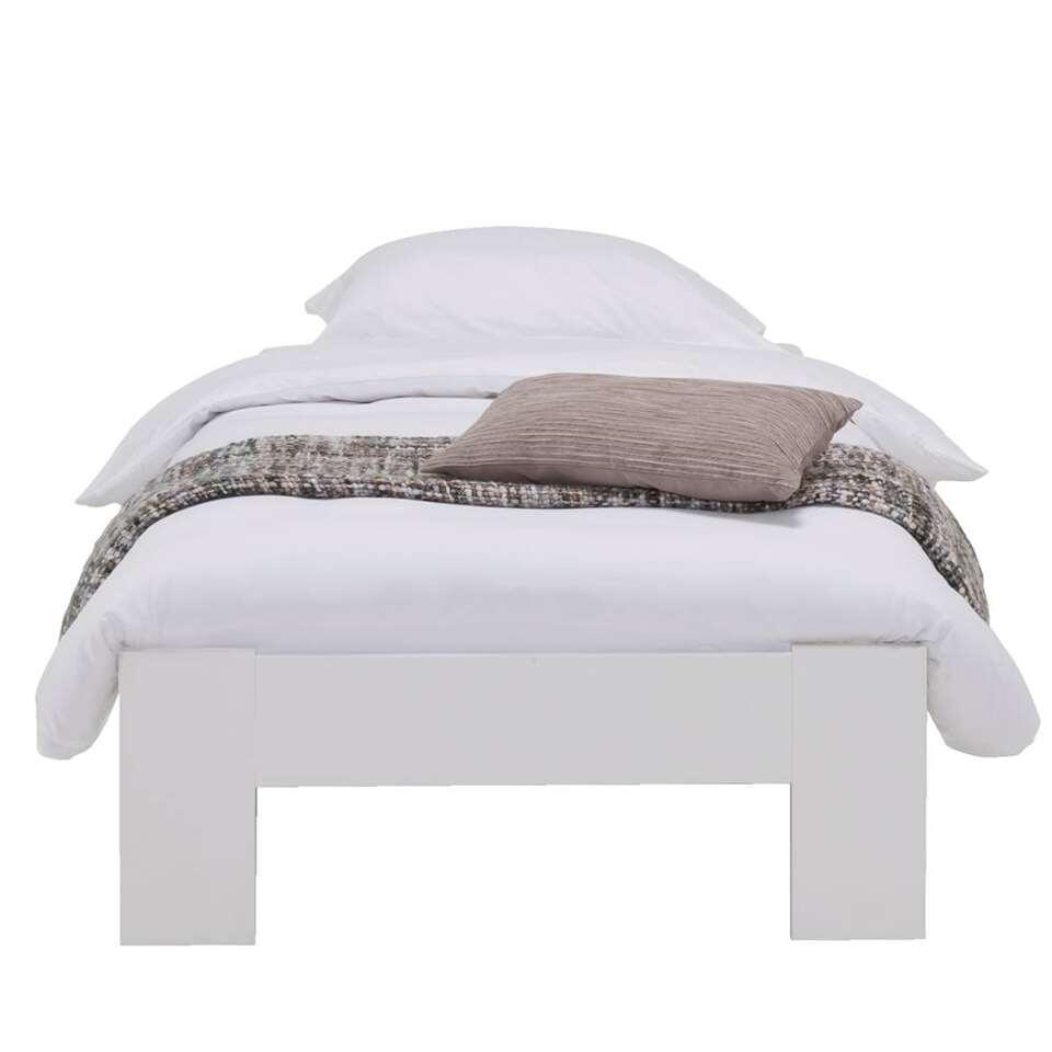 Dit stevige Sydney bed bestaat uit een eenpersoonsbed gemaakt van spaanplaat en heeft de kleur wit. Creëer rust en eenheid in je slaapkamer voor een perfecte nachtrust. Daarnaast is wit een eenvoudige kleur om te combineren.