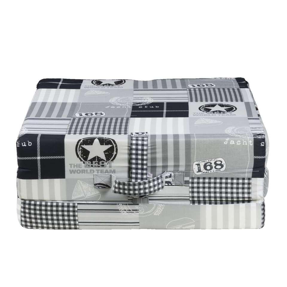 Dit compacte en gemakkelijke opvouwbare matras Rumba heeft een stoere uitvoering in zwart en grijs. Dit past perfect in elke no nonse slaapruimte. Op dit slaapelement met een grootte van 70 x 190 cm kun je heerlijk een uiltje knap
