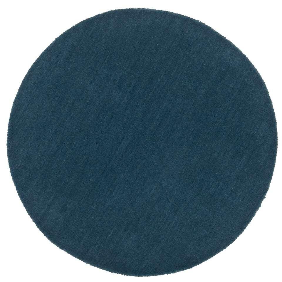 Op zoek naar een leuk vloerkleedje? Dan is dit ronde karpet uit de Colours-serie vast iets voor jou. Het kleedje heeft een stoere petrol kleur en is lekker zacht. Het karpet is namelijk gemaakt van 100% wol.