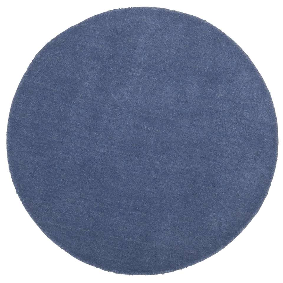 Dit ronde blauwe karpet uit de Colours-serie staat leuk in elk soort interieur. Het karpet is gemaakt van 100% wol en heeft een diameter van 68 centimeter.