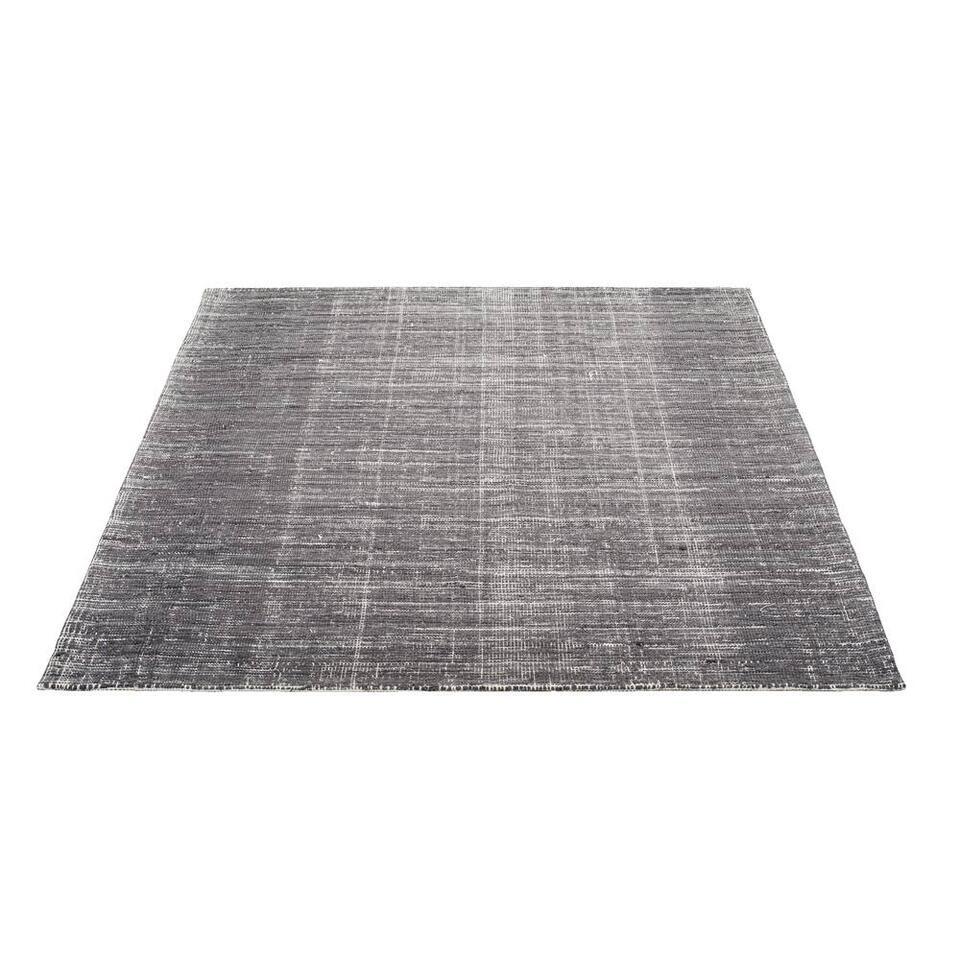 Vloerkleed Belit is een kleed met een moderne en stoere stijl. Het kleed bestaat uit een grijze kleur, maar door de manier van weven heeft het een gemêleerde uitstraling gekregen en lijkt het alsof Belit bestaat uit meerdere kleur