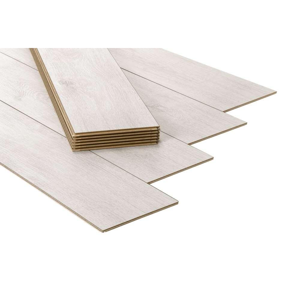 Laminaat Athene is een stijlvolle laminaatvloer met een eiken dessin. De vloer is gemakkelijk te leggen en vraagt weinig onderhoud.