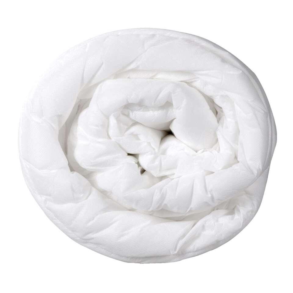 Dekbed Base is een heerlijk zacht dekbed gemaakt van 100% polypropyleen. Het dekbed heeft een afmeting van 140x200 cm.