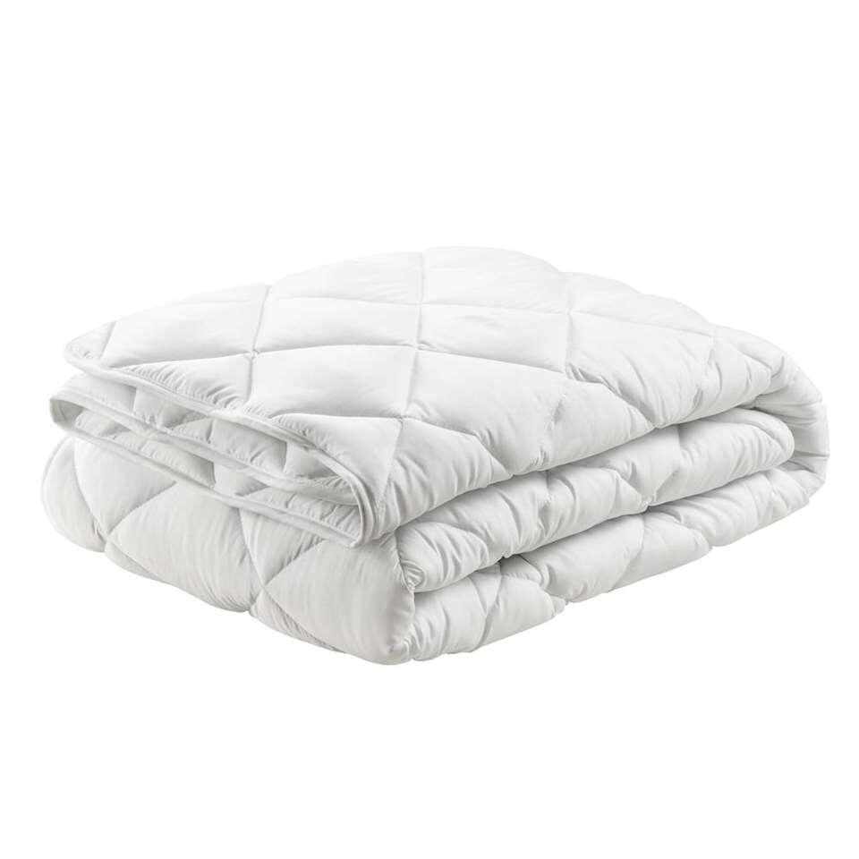 Winterdekbed Sedna is een voordelig synthetisch dekbed met polyestervezel vulling. Het dekbed heeft een afmeting van 200x200 cm en houdt de warmte goed vast.