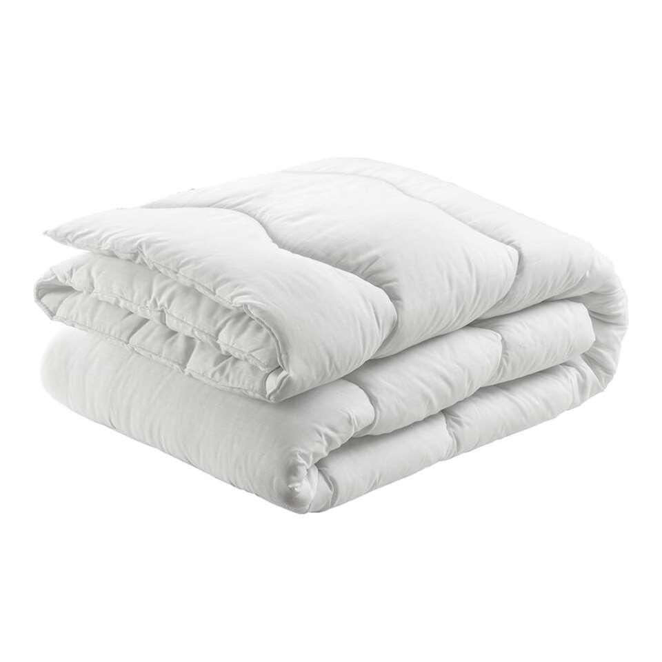 Dit dekbed is heerlijk zacht en gemaakt van 65% polyester en 35% katoen. Het dekbed is licht en koel. Het heeft een uitstekende vochtopname en een gemiddelde warmte-isolatie.