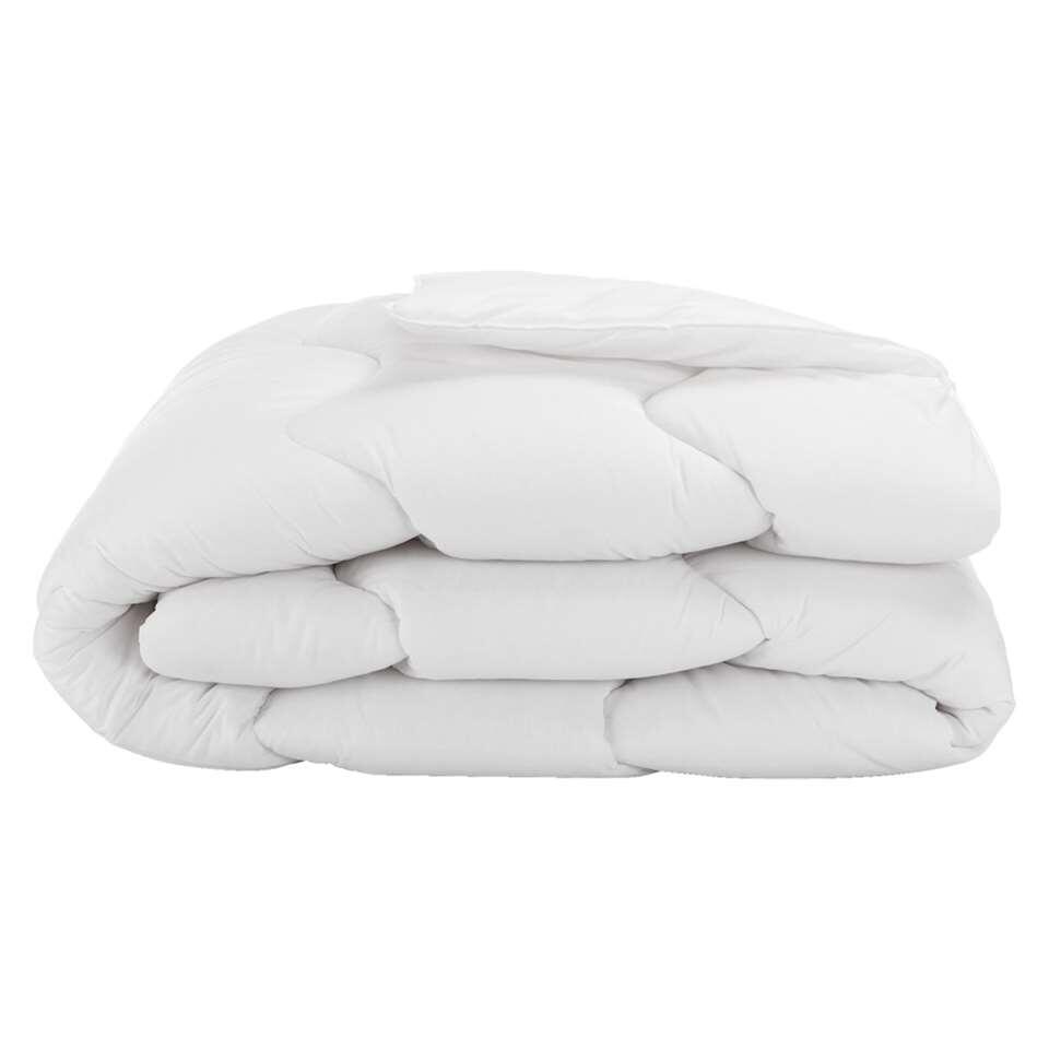 Zomerdekbed Eris heeft een afmeting van 240x200 cm. Het dekbed zorgt voor prettige temperatuur en warmtehuishouding in bed.