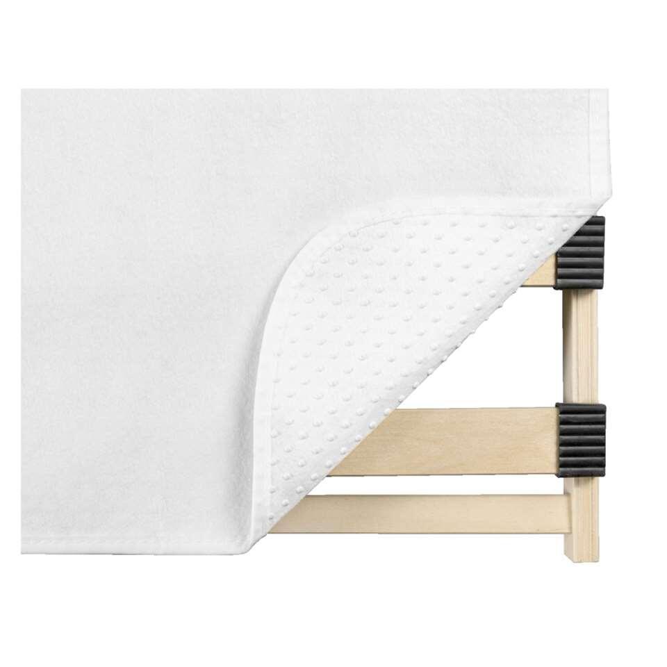 Deze ondermatrasbeschermer heeft een afmeting van 90x200 cm. Een ideale oplossing om je matras te beschermen omdat deze anti-slip noppen heeft. Tevens is de beschermer isolerend en luchtdoorlatend. Gemaakt van 100% polyester.