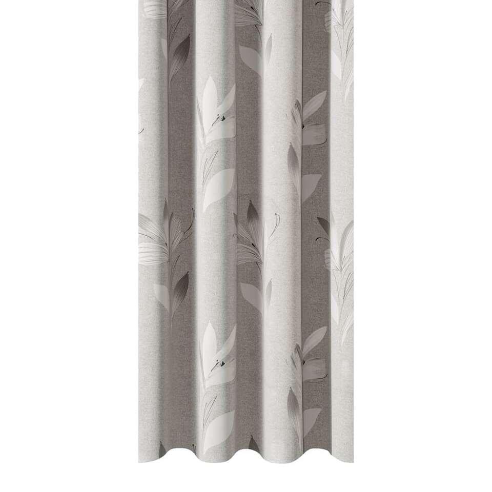 Gordijnstof Ariane zorgt voor een warme sfeer in huis. Dit verduisterende gordijn is lichtgrijs van kleur en kan makkelijk gecombineerd worden met een stoere interieurstijl.