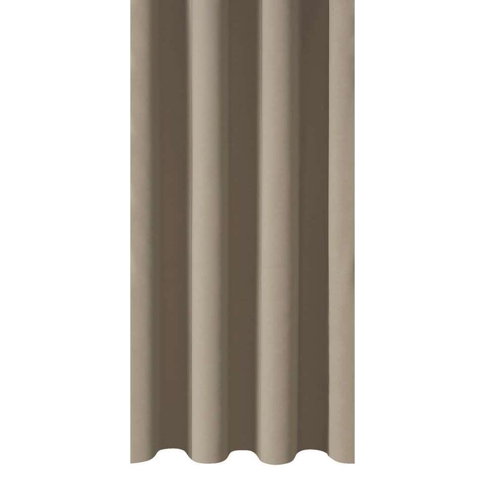 Met de gordijnstof Como breng je sfeer in huis. Deze gordijnstof is uitgevoerd in taupe en is effen van kleur. De stof is gemaakt van 100% polyester en is tot 95% verduisterend!