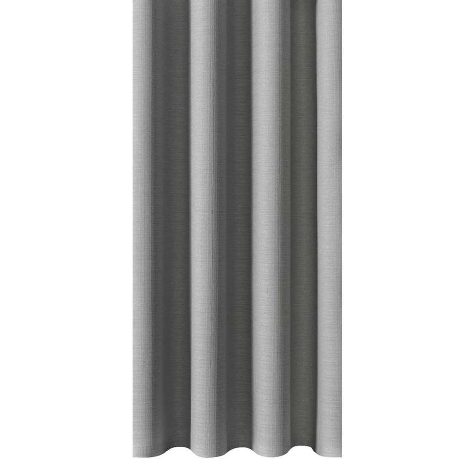 Met gordijnstof June heb je niet alleen een duurzame raambekleding, maar verhoog je ook de sfeer in de ruimte. Deze stof is uitgevoerd in lichtgrijs en is gemaakt van 100% polyester.