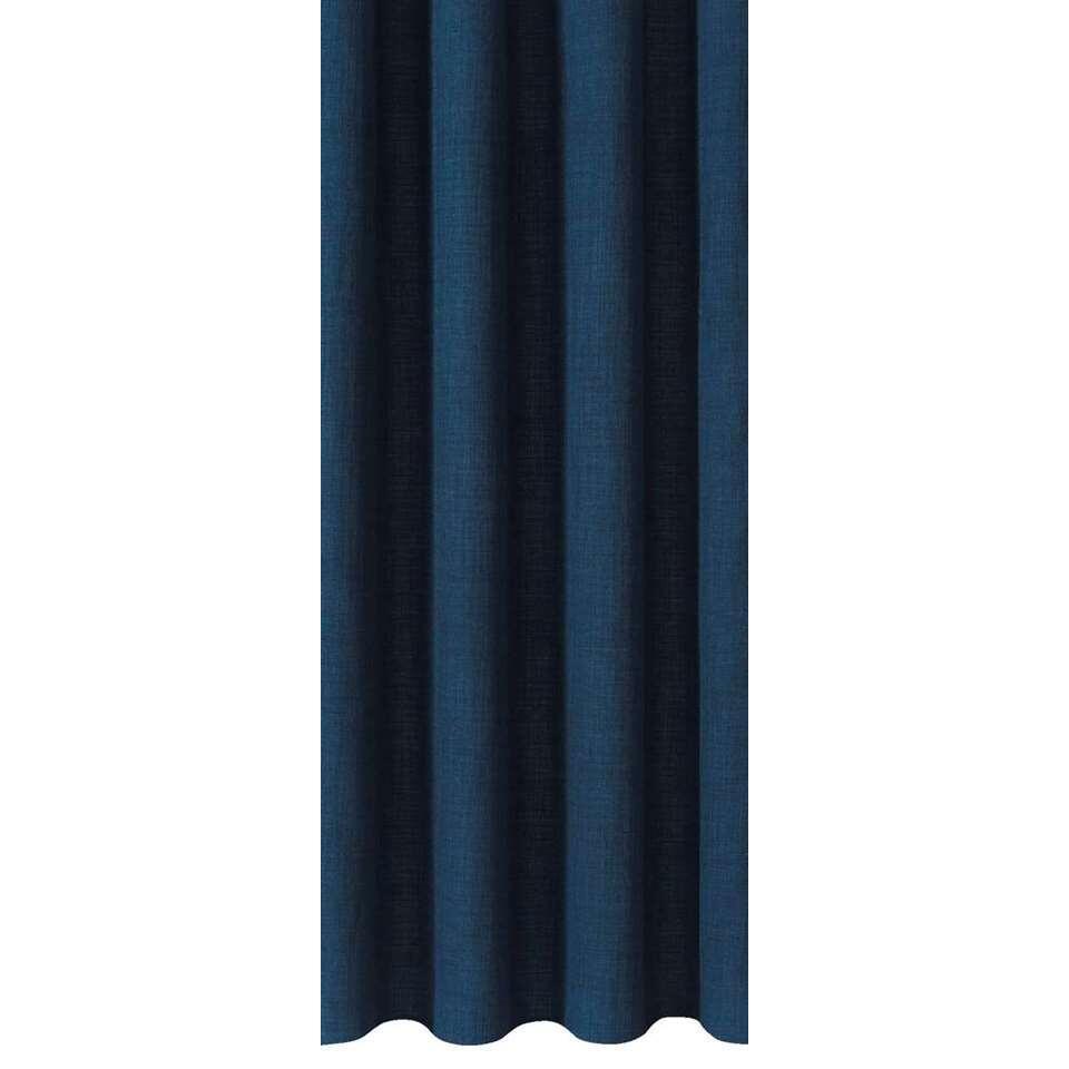 Gordijnstof Sieb zorgt voor een warme sfeer in huis. Dit gordijn is donkerblauw van kleur en kan makkelijk gecombineerd worden met een stoere interieurstijl.