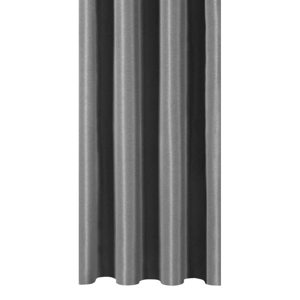 Gordijnstof  August is een donkergrijze stof met een elegante zijde look. Laat je gordijnen op maat maken en kies zelf de plooi die jij mooi vindt. De stof is gemaakt van 100% polyester en is 150 cm breed.
