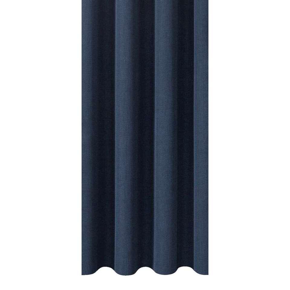 Gordijnstof Bowie heeft een stijlvolle donkerblauwe kleur en verhoogt de sfeer in de slaap- of woonkamer. Deze sfeervolle gordijnstof is 150 cm breed en kan in elke gewenste lengte geleverd worden.