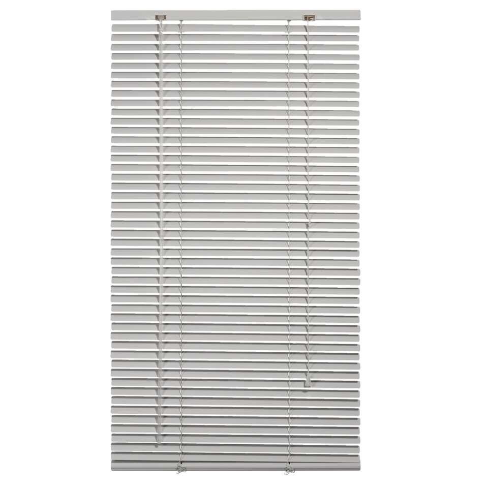 Deze aluminium horizontale jaloezie met een afmeting van 60x130 cm hebben een breedte van 25 mm. De bediening bestaat uit een tuimelstaaf en optrekkoord.