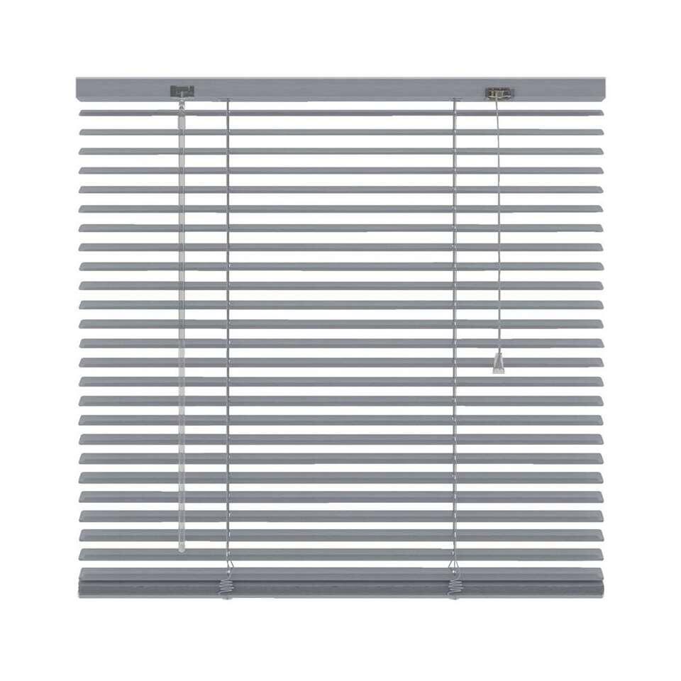 Deze aluminium horizontale jaloezie met een afmeting van 100x130 cm hebben een breedte van 25 mm. De bediening bestaat uit een tuimelstaaf en optrekkoord.