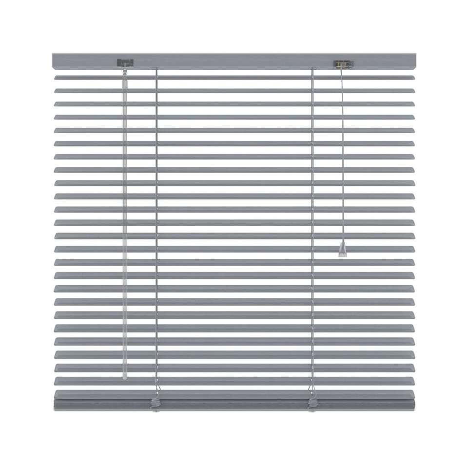 Deze aluminium horizontale jaloezie met een afmeting van 160x180 cm hebben een breedte van 25 mm. De bediening bestaat uit een tuimelstaaf en optrekkoord.