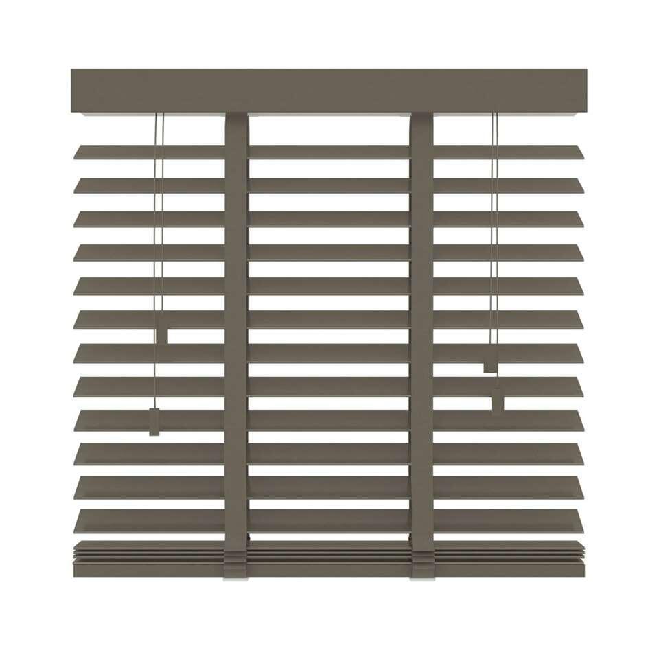 Deze FSC® houten horizontale jaloezie heeft een afmeting van 80x220 cm en een extra brede lamel van 50 mm. Bepaal zelf je lichtinval door de lamellen te kantelen.