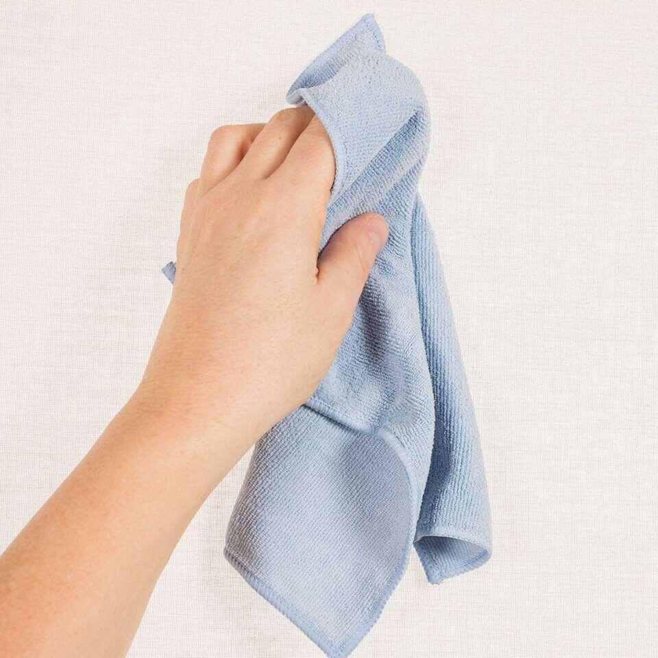 Maak je raamdecoratie schoon met een speciaal polyester reinigingsdoekje.