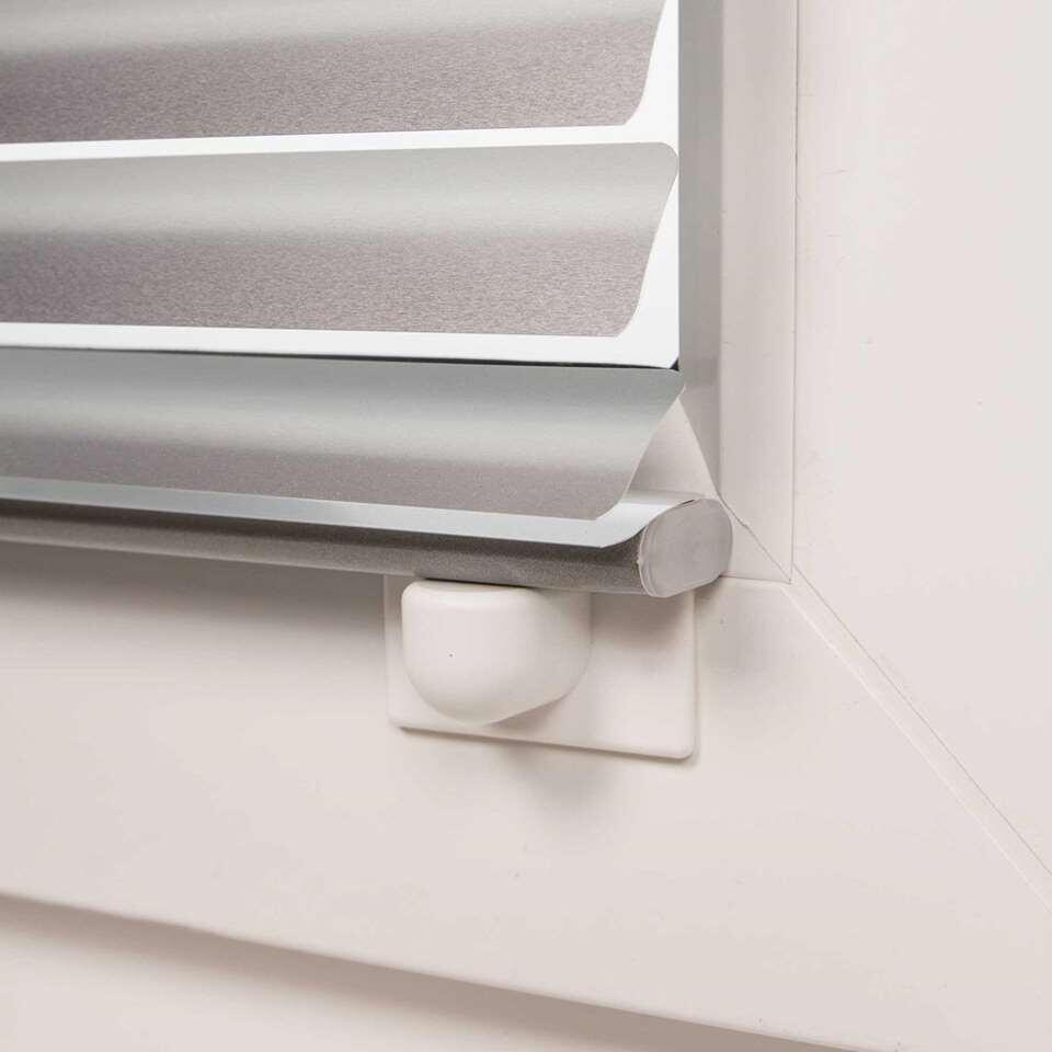 Is je jaloezie aan een draai-kiepraam of deur bevestigt en klappert de raamdecoratie? Bevestig handige magneethouders aan de onderzijde zodat deze tegen het raam blijft hangen. Dit voorkomt dat de jaloezie gaat klapperen.