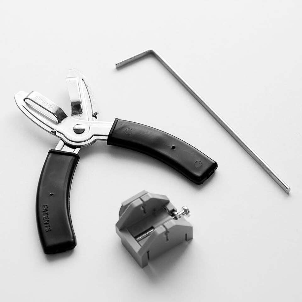 Is je horizontale jaloezie 25 mm te breed? Je kan deze eenvoudig zelf inkorten met een speciale lamelschaar. Door de afstandhouder knip je van elke jaloezie dezelfde breedte af.