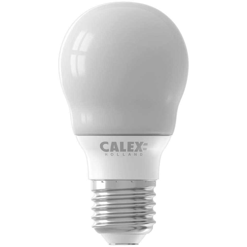 Calex LED A55 standaardlamp is een lamp in standaard formaat. Deze lamp heeft een grote fitting (E27). De levensduur van deze lamp is 15000 uur.