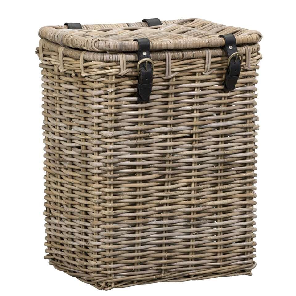 De rieten mand Kobo met gesp is heel erg praktisch voor het opslaan van waardevolle spullen, maar ook heel geschikt voor een picknick. De vierkante mand is gemaakt van rotan, heeft een grijsbruine kleur en een afmeting van 45x35x5