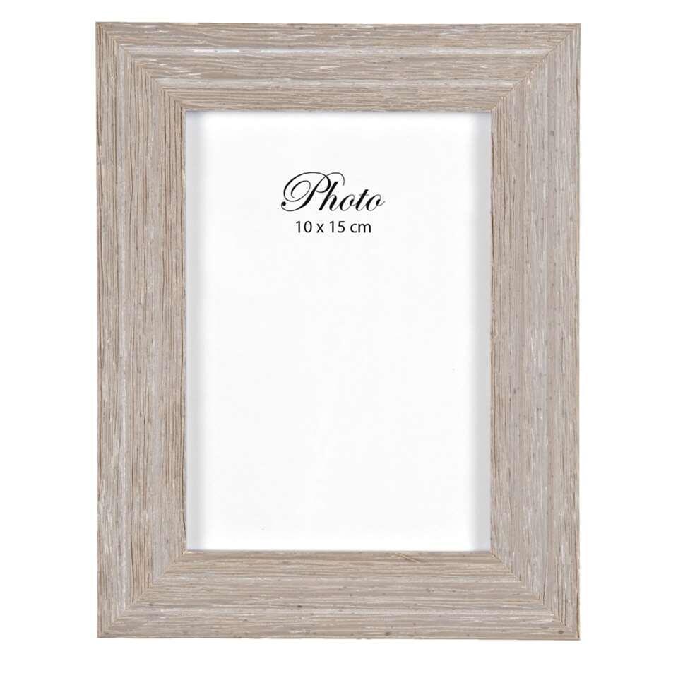 De fotolijst Bas is in iedere woonstijl een ware blikvanger. De lijst heeft een stijlvolle houten rand en is geschikt voor foto's van 10 bij 15 cm. Dit fraaie woonaccessoire staat perfect op je dressoir of in de boekenkast.