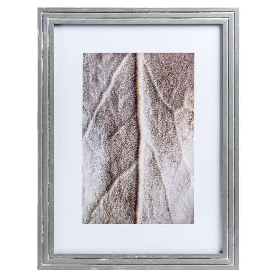 De fotolijst Bas is in iedere woonstijl een ware blikvanger. De lijst heeft een stijlvolle houten rand en is geschikt voor foto's van 30 bij 40 cm. Dit fraaie woonaccessoire staat perfect op je dressoir of in de boekenkast.