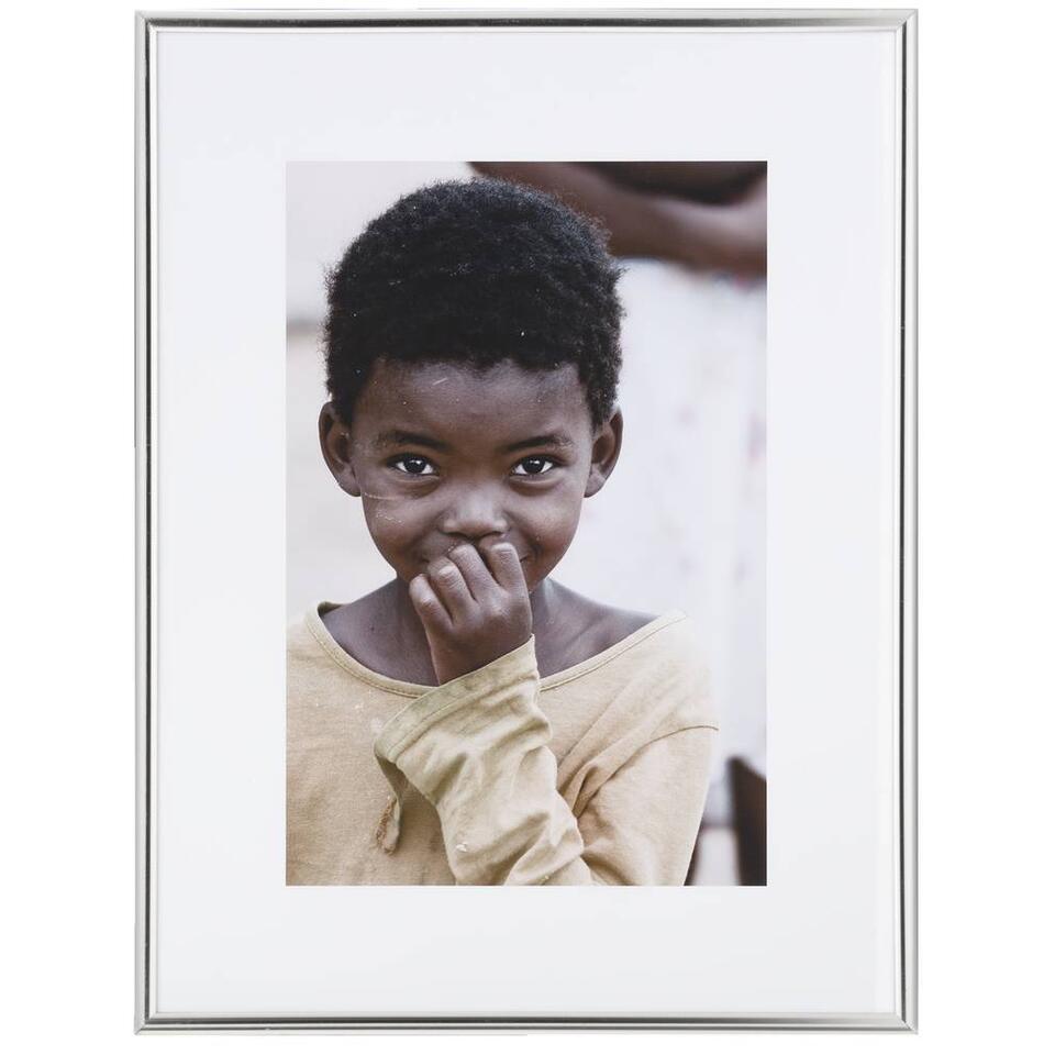 Deze elegante fotolijst komt goed tot zijn recht in je moderne interieur. Doe er je mooiste fotomoment in en creëer een persoonlijke sfeer in huis. Deze zilverkleurige fotolijst is geschikt voor foto's met een afmeting van 30 x 40