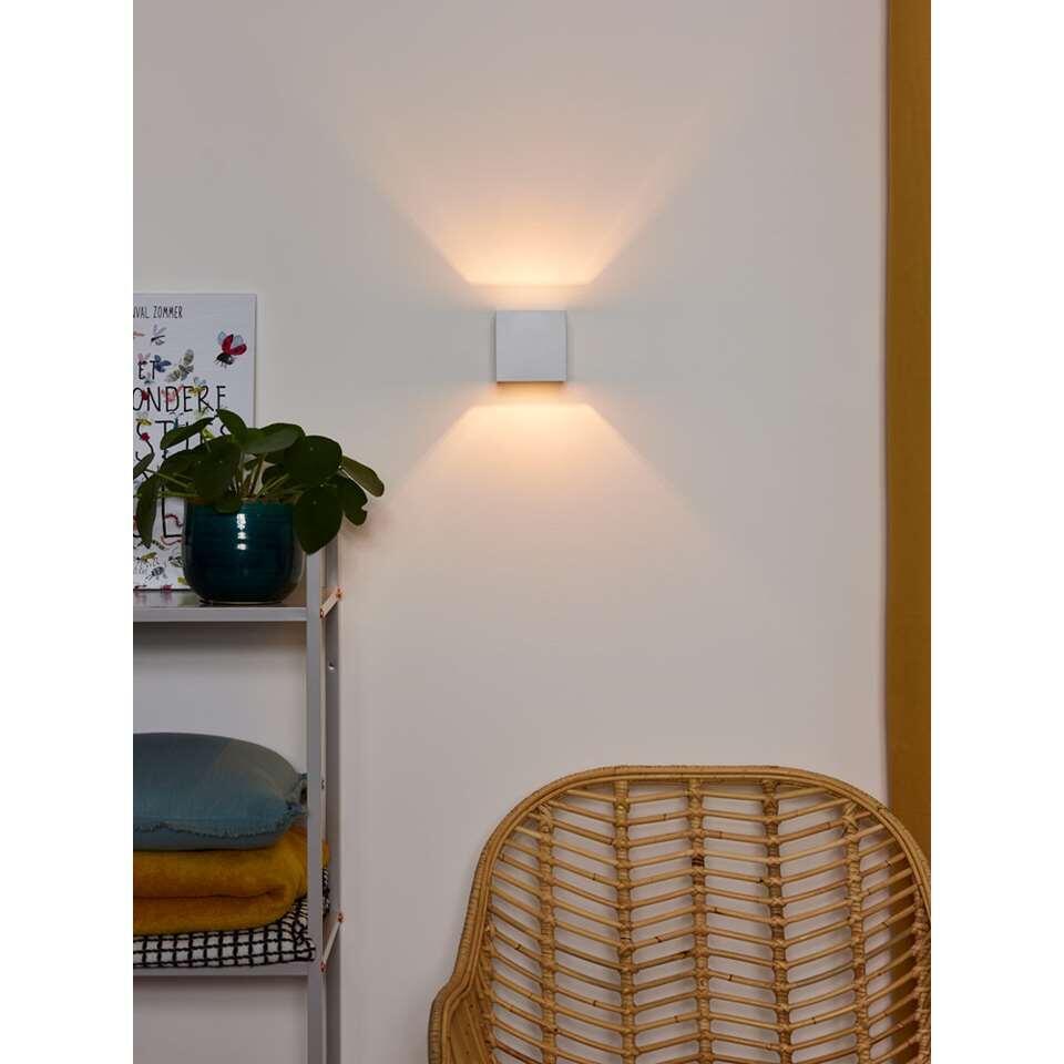 Wandlamp Devi is beschikbaar in de kleuren wit en aluminium. Deze veel door architecten toegepaste wandlamp komt het best tot zijn recht op een stuc wand of een stoere grof gemetselde muur.
