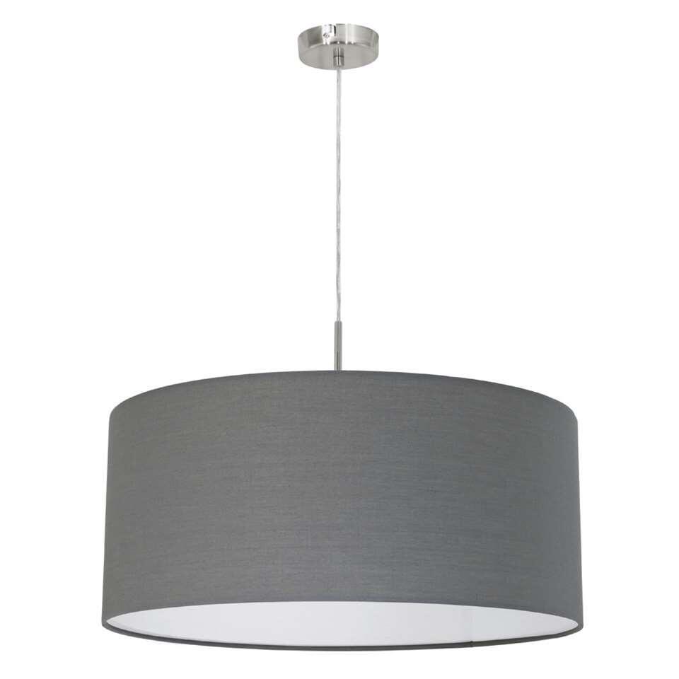 Hanglamp Pasteri maakt een mooie eethoek helemaal af. De diepe grijstint met witte binnenkant past overal bij.