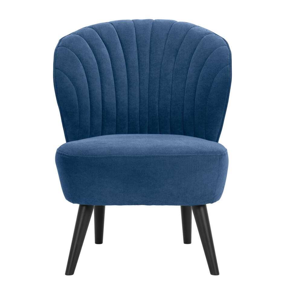 Fauteuil Ventura is vormgegeven met klassieke retro looks. Deze fauteuil is uitgevoerd in een fijne donker blauwe Orinoco stof. De stijlvolle zwarte poten maken de stoel helemaal af! Zet deze stoel in een hoekje van je woonkamer,